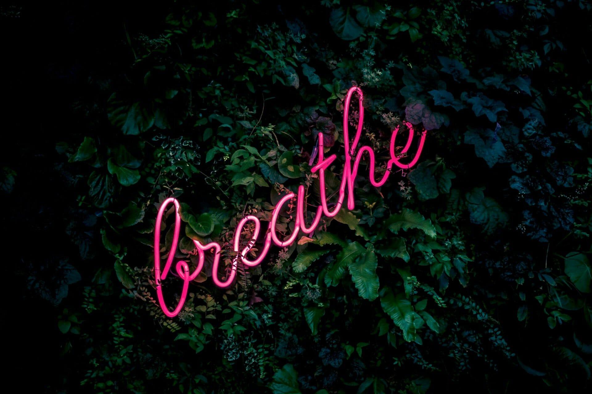 "Pinkes Neon-Schild ""breathe"""
